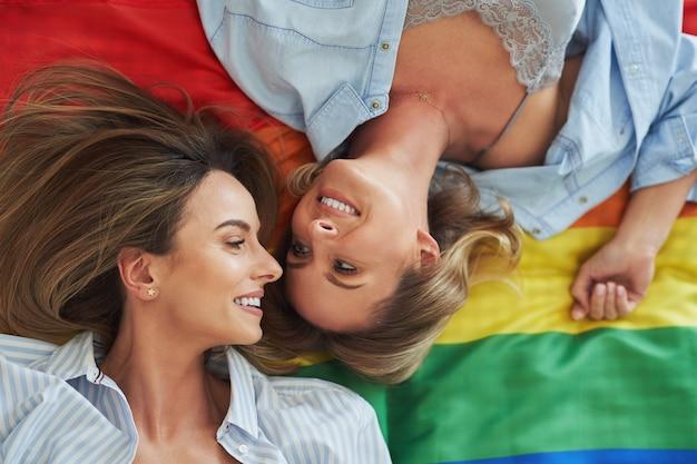 Due giovani amiche sul letto. foto di alta qualità