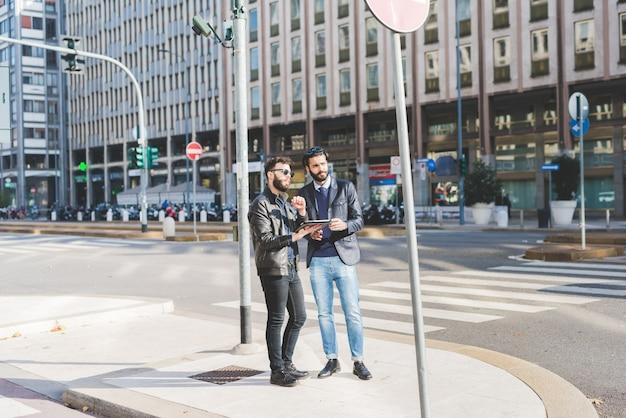 Due giovani uomini d'affari caucasici barbuti bei