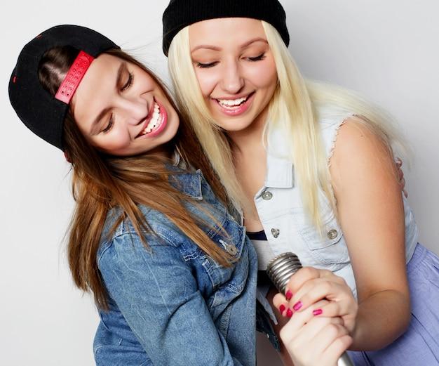 Due giovani ragazze hipster che cantano