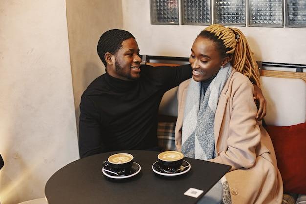 Due giovani nella caffetteria. coppie africane che si godono il tempo trascorso insieme.