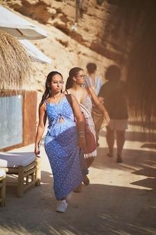 Due giovani donne che lasciano la spiaggia