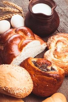Tipi di pane fatto in casa e brocca con latte