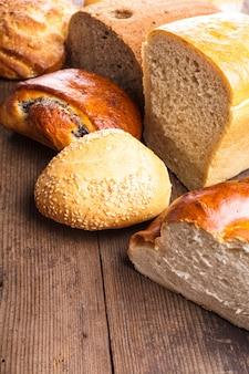 Tipi di pane casalingo sulla tavola di legno rustica
