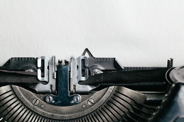 Macchina da scrivere con spazio vuoto per il testo