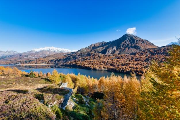 Tipico paesaggio autunnale della valle dell'engadina sulle alpi svizzere
