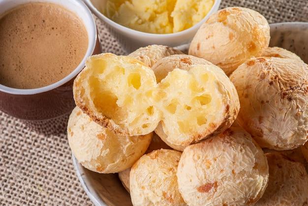 Tipico pane brasiliano al formaggio. foto del primo piano di un pane al formaggio tagliato a metà.
