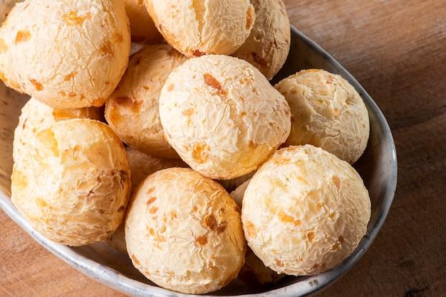 Tipico pane brasiliano al formaggio. foto del primo piano di un pane al formaggio su uno sfondo di legno.