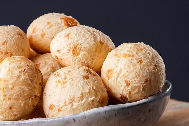 Tipico pane brasiliano al formaggio. foto del primo piano di un po 'di pane al formaggio. sfondo grigio.