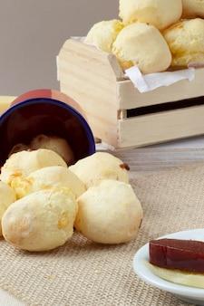 Tipico pane brasiliano al formaggio (pao de queijo) servito con guava e formaggio.
