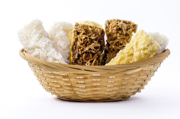 Dolce tipico brasiliano, chiamato cocada, in un cestino fatto in casa. sfondo bianco isolato con copyspace