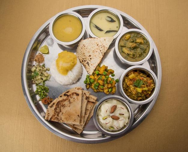 Tipico piatto di cibo maharashtriano sano o thali pieno di sostanze nutritive, messa a fuoco selettiva