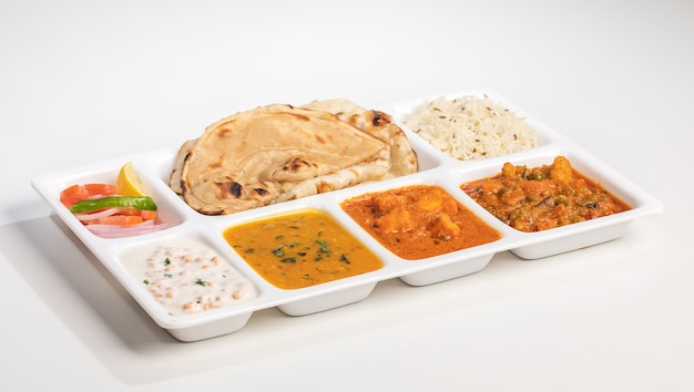 Tipico cibo indiano mix veg, paneer kadai, dal, rayata e laccha paratha da sheoganj - thali rajasthani