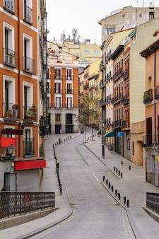 Tipica strada di madrid che si snoda tra edifici con finestre e balconi tipici della città. spagna.