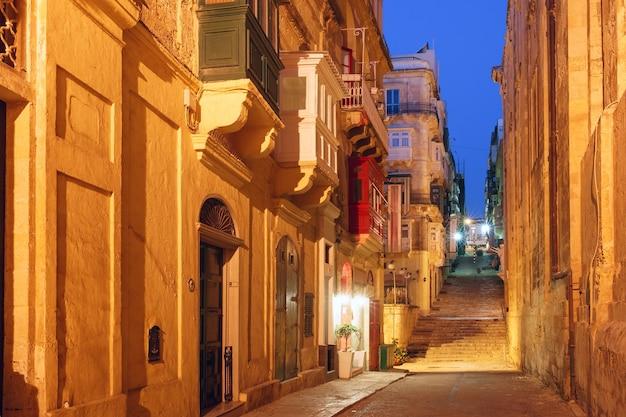 Tipica strada medievale maltese di notte nel centro della città vecchia di la valletta, malta