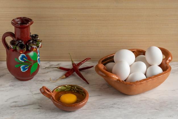 Contenitori tipici messicani con ingredienti all'interno come uovo peperoncino e acqua