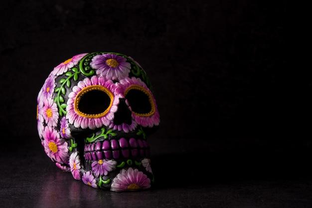 Cranio messicano tipico dipinto sul nero