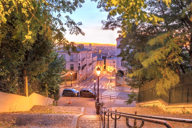 Tipica scalinata di montmartre al sacre-coeur al mattino all'alba, quartiere montmartre a parigi, francia