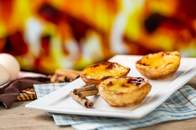 Tipiche torte di crema pasticcera portoghesi. pasticceria tradizionale portoghese. davanti a un forno a legna.
