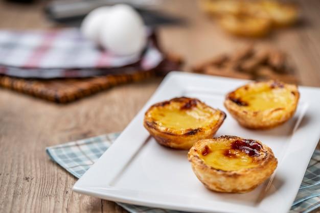 Tipiche torte di crema pasticcera portoghesi. pasticceria tradizionale portoghese.