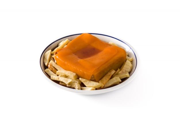 Panino portoghese tipico di francesinha con le patate fritte isolate su superficie bianca