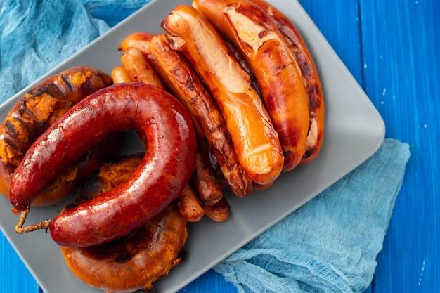 Salsicce e carne affumicate tipiche portoghesi sul piatto
