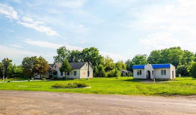 Tipiche case rurali nella regione di kursk, villaggio di ostanino, russia