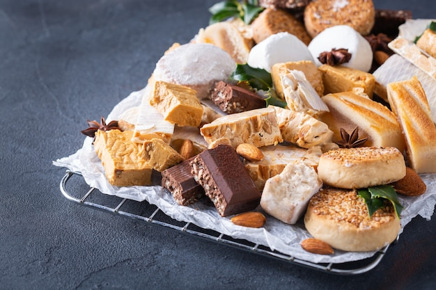 Tipici dolci natalizi spagnoli di pasta frolla mantecados polvorones torrone o torrone