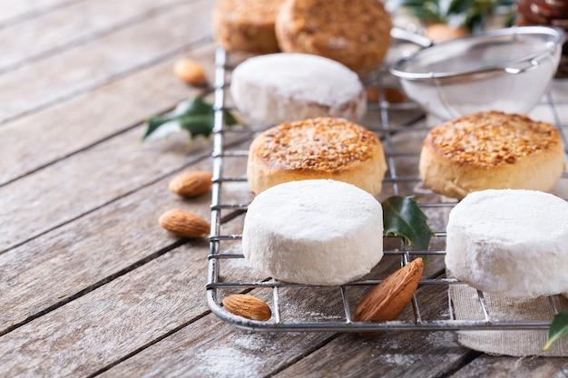 I tipici dolci natalizi spagnoli di pasta frolla mantecados e polvorones