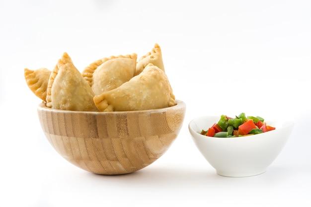 Empanadas spagnoli tipici in ciotola isolata