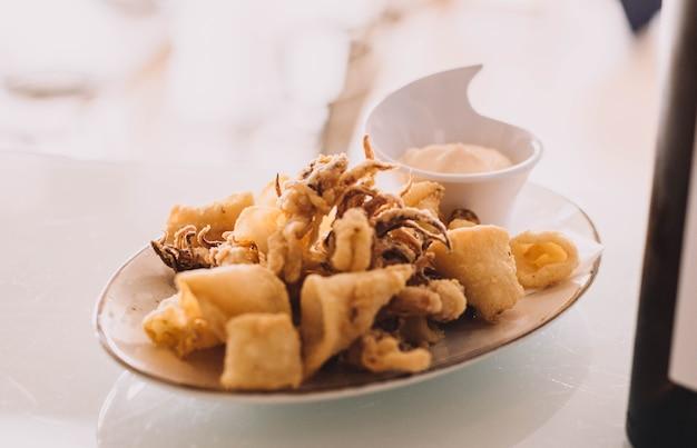 Porzione tipica spagnola di calamari fritti