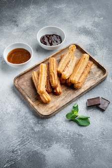 Tipico snack spagnolo churros, pasta fritta servita solitamente con salsa piccante al caramello al cioccolato
