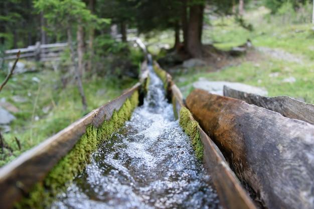 Canalizzazione tipica dell'acqua in legno
