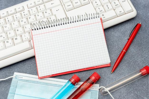 Digitazione note mediche studi scientifici piani di trattamento ricerca sui virus medicina test di laboratorio analisi dei virus navigazione in internet pianificazione ricerca