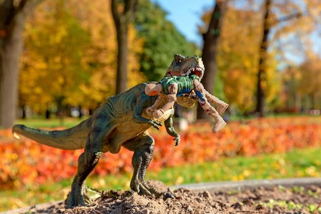 Tyrannosaurus rex attacca l'uomo della sicurezza