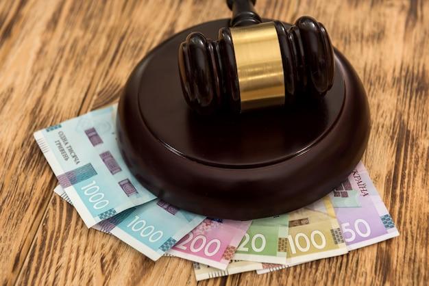 Uah, soldi ucraini con martelletto di legno, concetto di legge