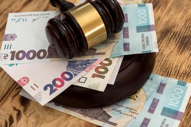 Uah, ucraina soldi con martelletto di legno, nozione di diritto