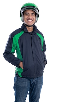 Cavaliere uber con casco e giacca sorridendo alla telecamera isolato su sfondo bianco
