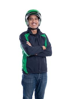 Cavaliere uber con casco e giacca sorridente isolato su sfondo bianco