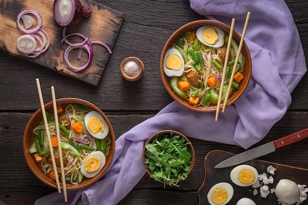 Zuppa di noodle udon con verdure