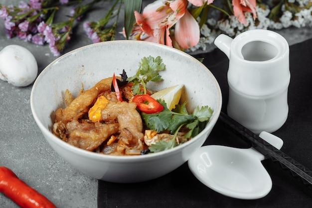 Tagliatelle udon con pollo e peperoni