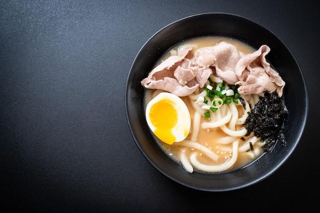 Tagliatelle di ramen udon con zuppa di maiale