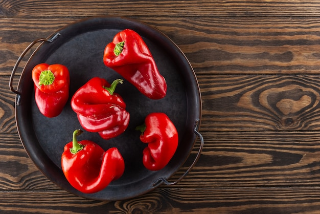Peperoni rossi brutti su un vassoio