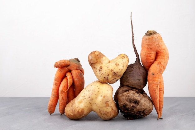 Concetto di primo piano delle verdure brutte utilizzo in cucina di prodotti imperfetti riduzione dei rifiuti organici alimentari