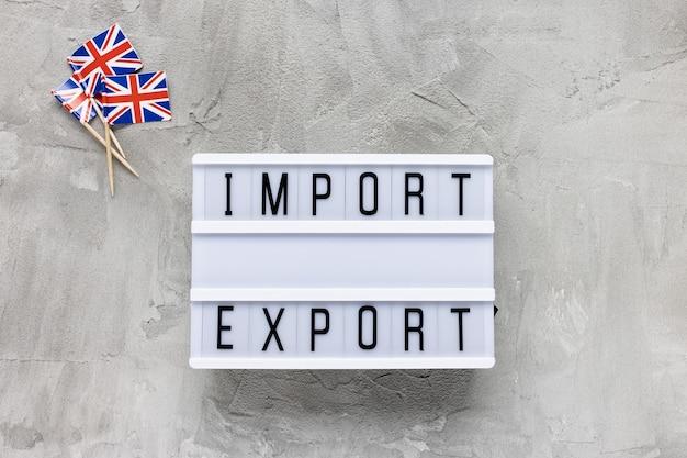 Bandiere del regno unito e testo import export su grigio Foto Premium