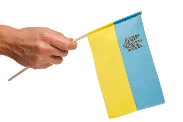 Bandiera ucraina in mano isolato su bianco