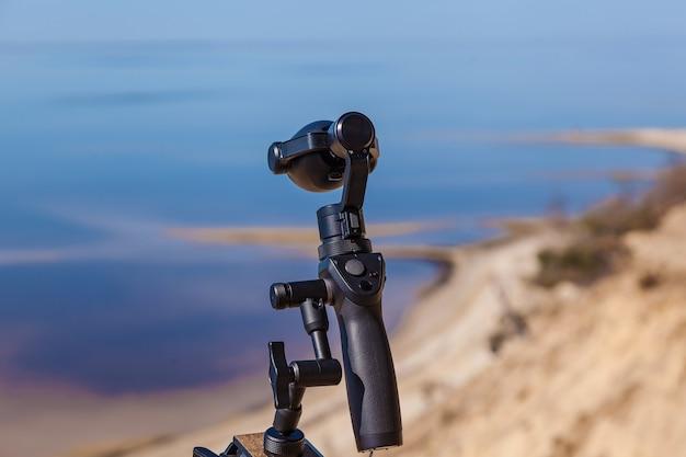 Ucraina kiev 9 aprile 2018: fotocamera dji osmo plus sulla spiaggia. innovativa fotocamera digitale di nuova generazione con stabilizzatori elettronici