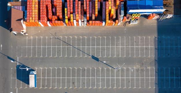Ucraina, kiev. vista aerea, dal drone al magazzino con molti materiali da costruzione diversi e parcheggio con una giornata di sole di camion. vista dall'alto.