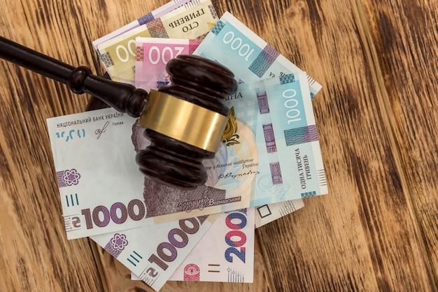 Uah dei soldi dell'ucraina con il martello di legno, concetto di corruzione legge