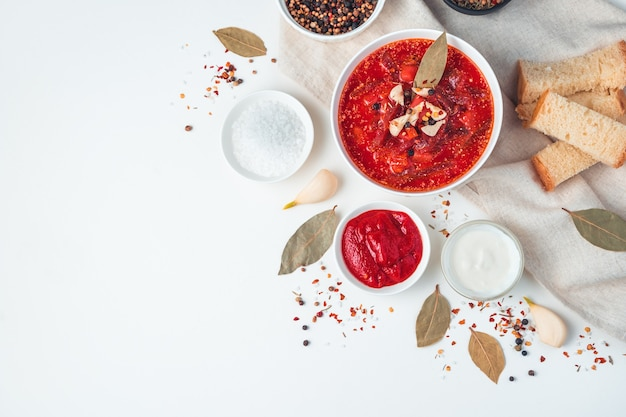 Borscht ucraino con aglio e alloro su sfondo chiaro. il concetto di piatti tradizionali.