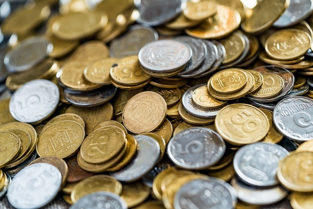 Monete ucraine, molti soldi - grivna e un centesimo, sfondo